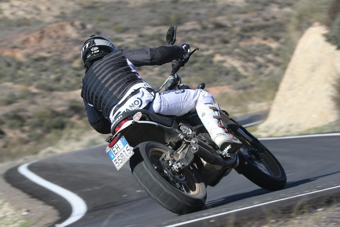 Le gomme tassellate STR studiate apposta dalla Pirelli danno un bel feeling anche su asfalto. Il cerchio da 19 ci mette del suo e aumenta il rigore direzionale, a scapito di un po' di rapidità nei cambi di direzione