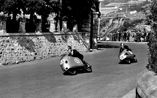 Qui siamo nel 1955 a Ospedaletti, circuito che richiedeva coraggio e grandi doti di guida. Le due 125 da GP che si vedono nell'immagine, già carenate a campana, sono la MV di Copeta e la Mondial di Favillini  (foto cortesemente fornita da Adriano D'Andrea)