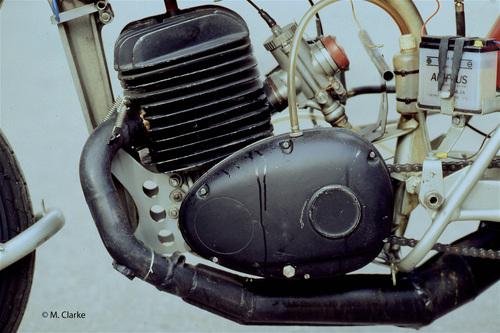 Il motore di 250 cm3 era interamente costruito dalla Greeves, eccezion fatta per l'albero a gomito (prodotto dalla Alpha). Si trattava di un classico due tempi con aspirazione controllata dal pistone. Il cambio era separato e la trasmissione primaria era a catena