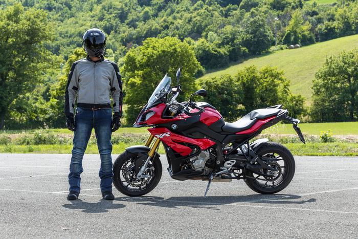 Andrea Perfetti (il Perfetto) con la BMW S1000XR. Indossa: Casco Xlite, Giacca OJ, jeans OJ, guanti OJ e scarpe TCX