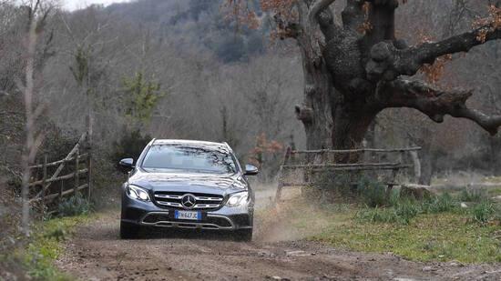 Nel fuoristrada, Classe E rivela la sua natura All-Terrain: guida sicura e nessun traguardo vietato