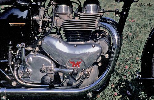 Il cambio separato ha continuato ad essere impiegato nei classici motori di scuola inglese, come questo bicilindrico Matchless, anche dopo che i nostri costruttori lo avevano abbandonato da molto tempo