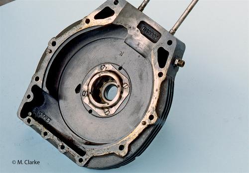 L'adozione di un cambio separato consentiva di dotare il motore di un basamento estremamente semplice. In pratica, per i monocilindrici, si trattava di una scatola discoidale divisa in due parti simmetriche da un piano verticale
