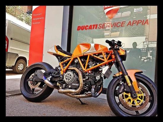 Una delle special allestite da Ducati Service Appia: per la Supersport arancione, revisione motore, cilindrata portata a 944, nuovo impianto elettrico, elettronica racing e modifica di alcune componenti meccaniche