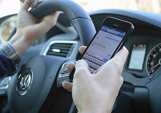 Stop cellulari alla guida, Unasca: «Servono norme anche per ciclisti e motociclisti»